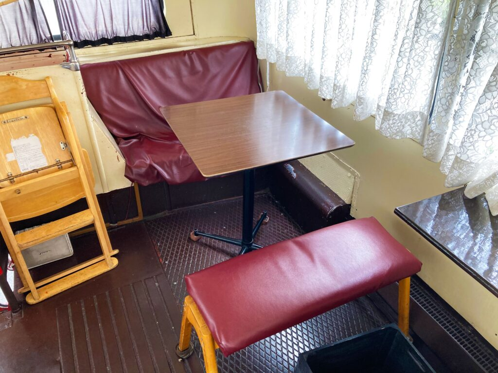 越谷レイクタウン隣、ロンドンバスの洋食店JOY STYLE(ジョイスタイル)2階客席対面式のソファテーブル席